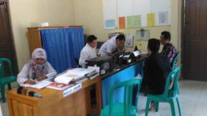 Kaur Umum Agus Susanto, S.Sos di bantu Kaur Keuangan Teguh Alim M. dan Kadus IV Nasiati sedang melayani warga masyarakat